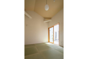 勾配天井で広々。「離れ」のモダンな畳空間